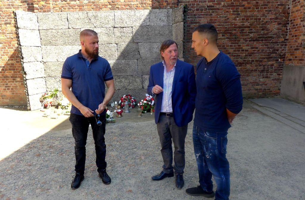 Die Rapper Kollegah (links) und Farid Bang hatten Anfang Juni Auschwitz besucht und ein Blumengebinde an der Todeswand in der KZ-Gedenkstätte niedergelegt. (Archivfoto) Foto: dpa