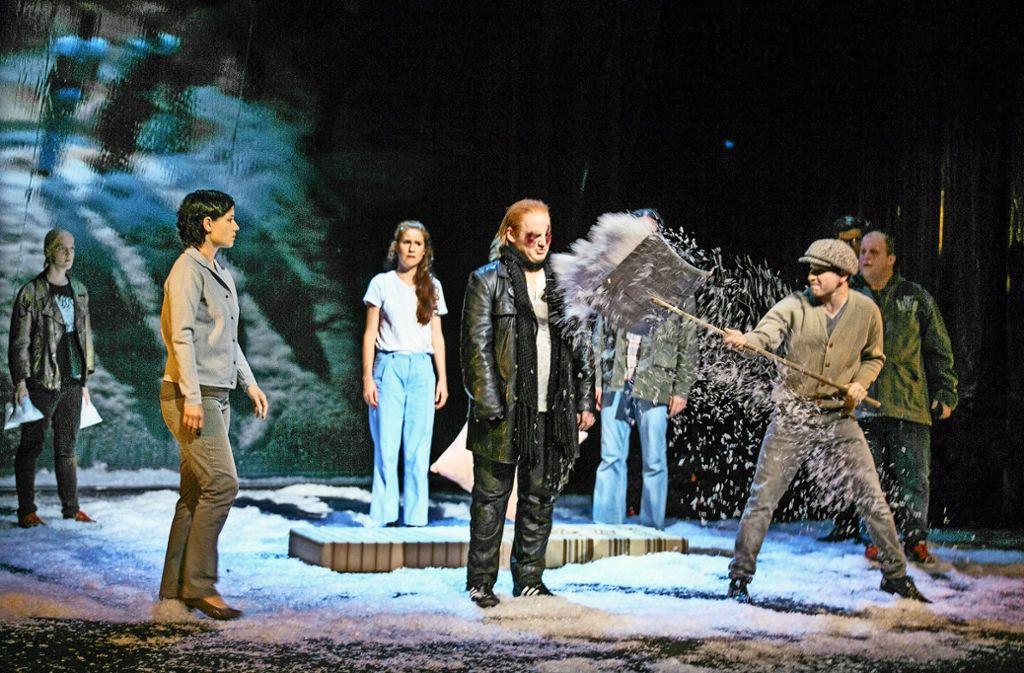 """Schnee spielt beim Bühnenbild für """"Auerhaus"""" eine zentrale Rolle. Foto: Horst Rudel"""