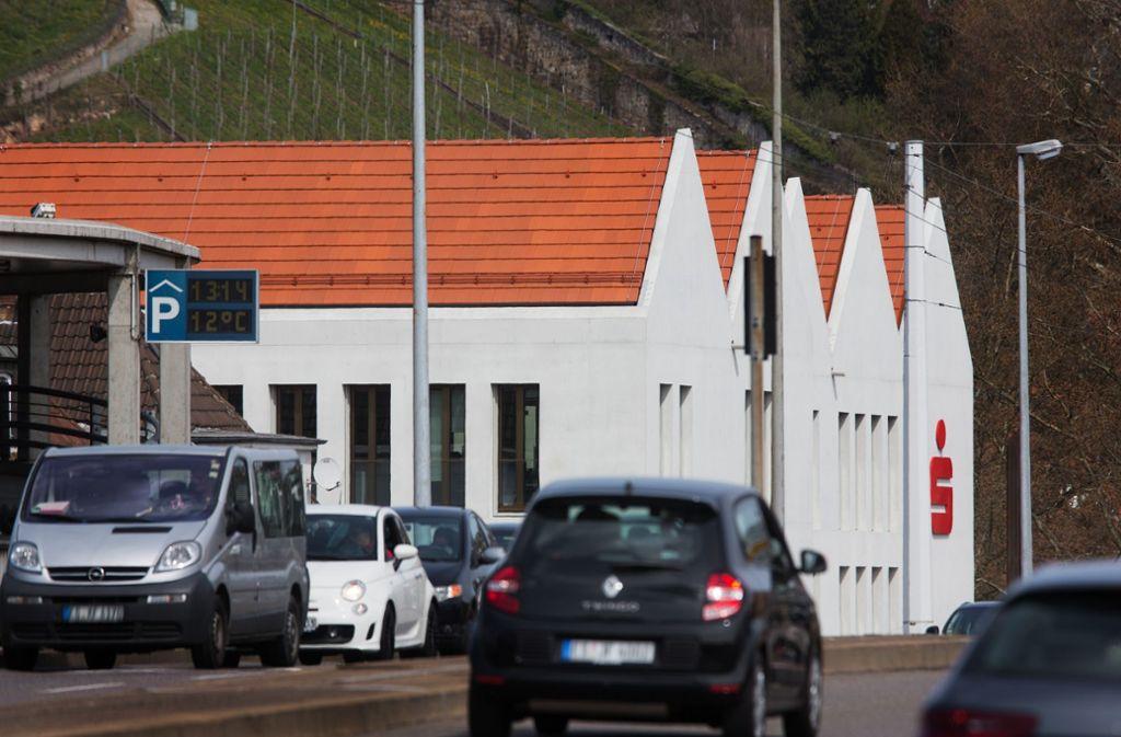 Das Haus Vogelsang der Kreissparkasse Esslingen-Nürtngen aus ungewohnter Perspektive. An die wirtschaftlichen Aussichten könnten sich die  Vorstandsmitglieder des Geldinstituts gewöhnen. Foto: Ines Rudel