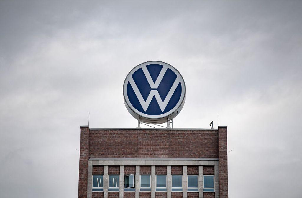 Volkswagen will Dieselkunden nun doch entschädigen. Foto: dpa/Sina Schuldt