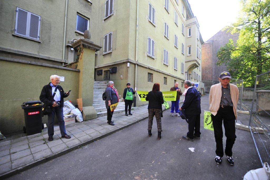 Auf dem Grundstück an der Sängerstraße 4 im Kernerviertel in Stuttgart-Mitte soll die Einfahrt zum Fildertunnel gebaut werden - gegen die Vorbereitungen des Abrisses des Gebäudes protestierten am Dienstagvormittag einige S21-Gegner. Foto: www.7aktuell.de | Florian Gerlach