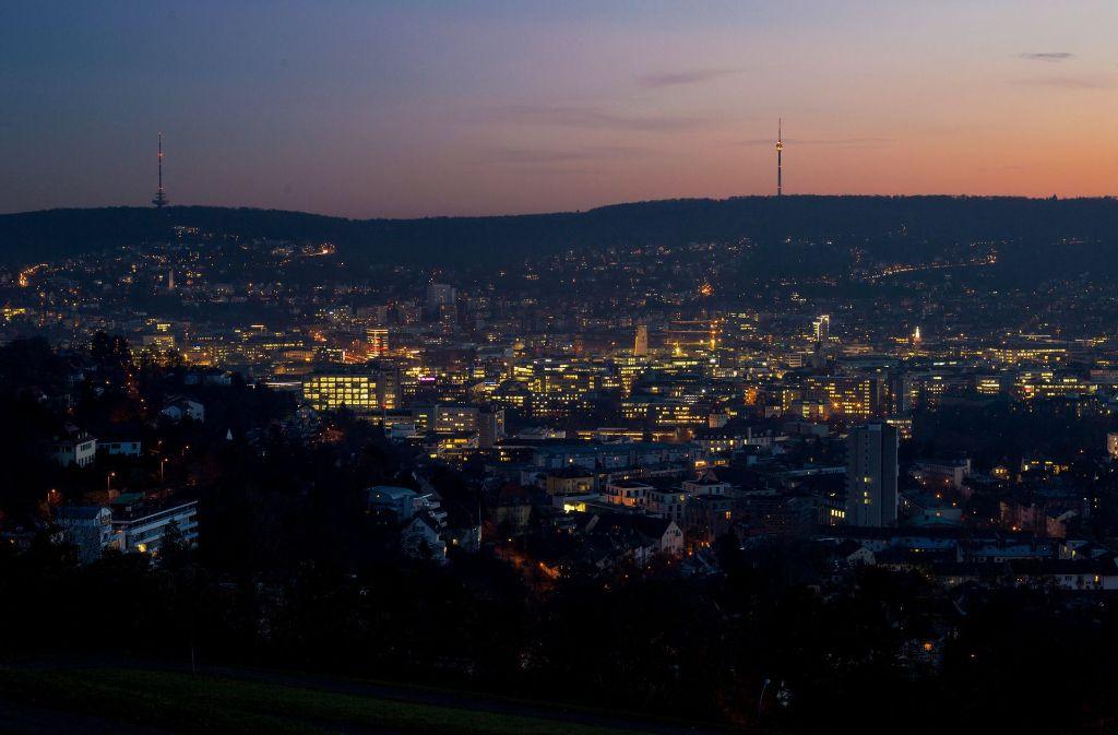Ein Lichtermeer: Der Blick auf Stuttgart in der Dämmerung. Foto: dpa