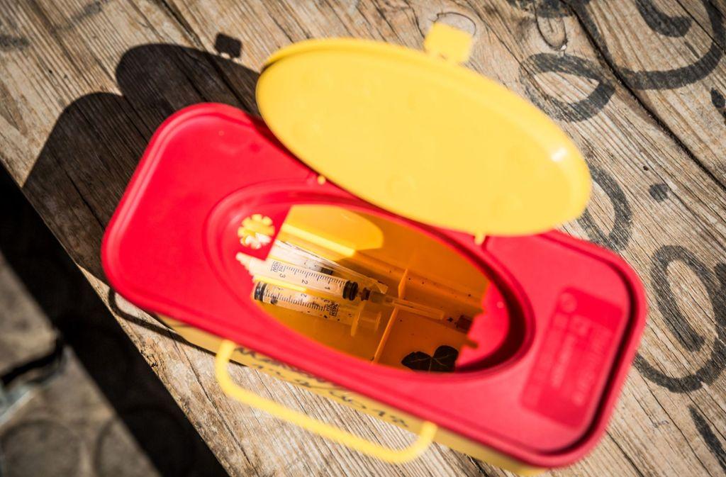 In solch einer Box werden die gefundenen Spritzen sicher transportiert. Foto: Lichtgut/Julian Rettig