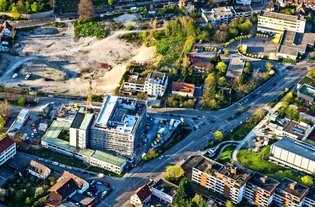 Bis Februar 2017 muss die Verwaltung in den Neubau umgezogen sein. Danach wird der Vorplatz  neue gestaltet. Foto: Holger Leicht