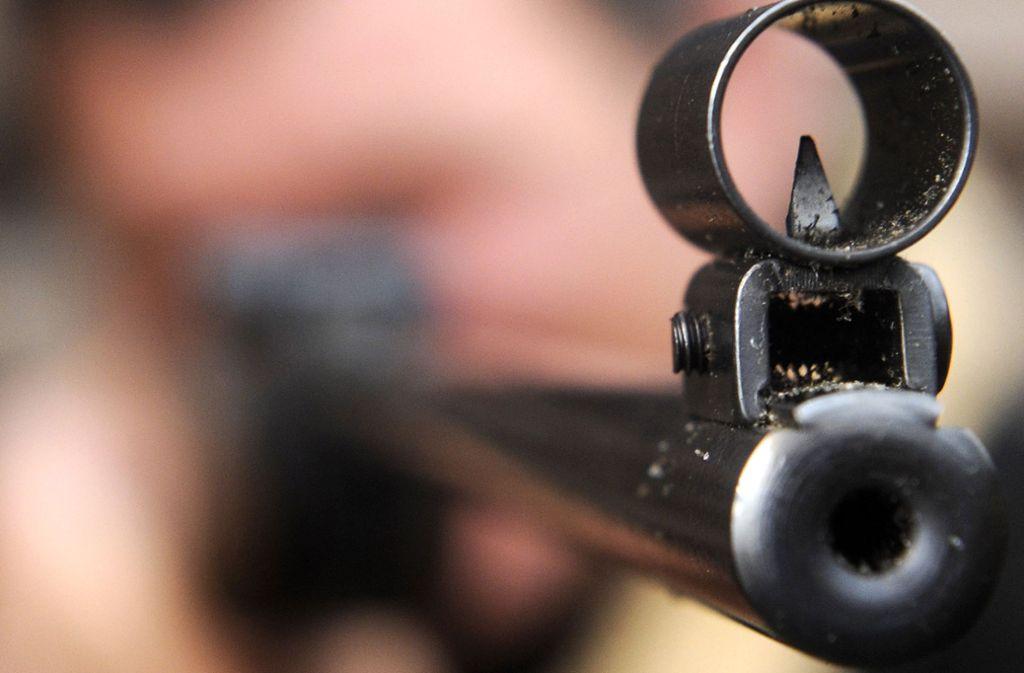 Ein Schuss aus einer Luftdruckwaffe soll die Seitenscheibe eines Linienbusses in Rastatt beschädigt haben (Symbolfoto). Foto: dpa