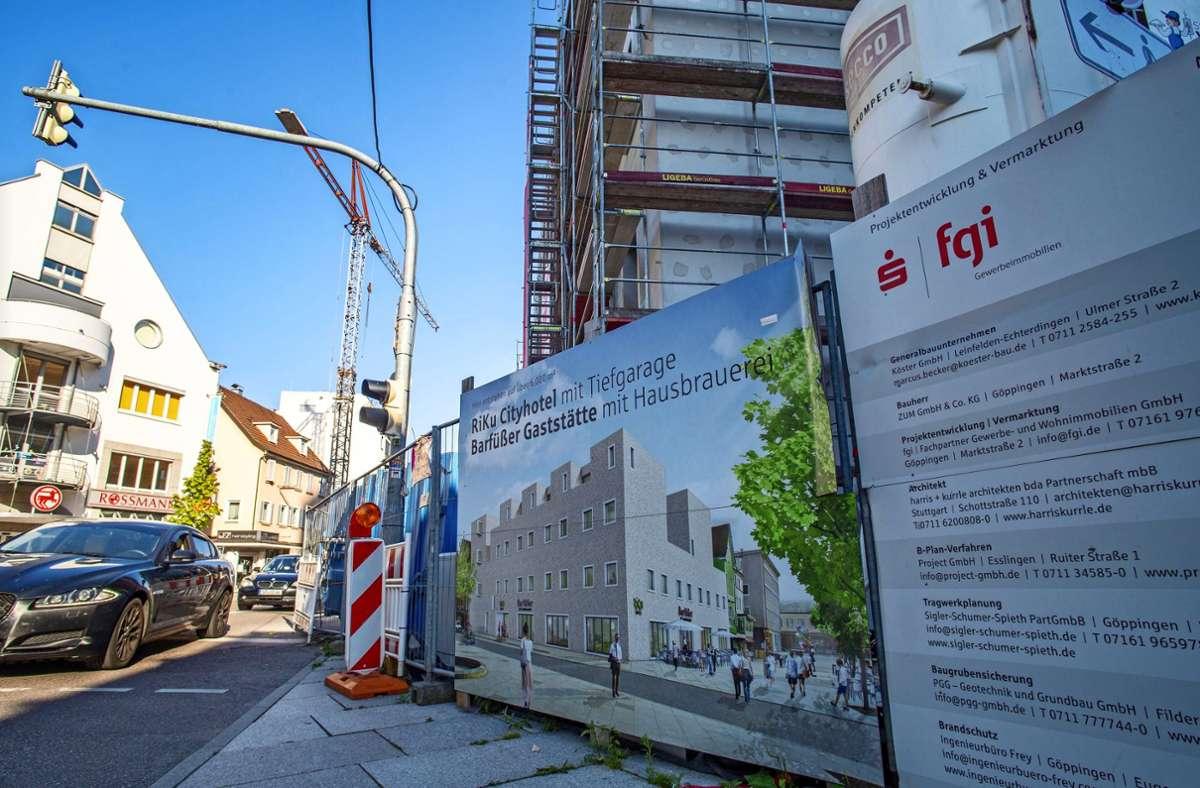 Das Riku-Hotel mit Brauererei-Gasthof und 72 Zimmern neben der Kreissparkasse ist noch im Bau. Foto: Staufenpress