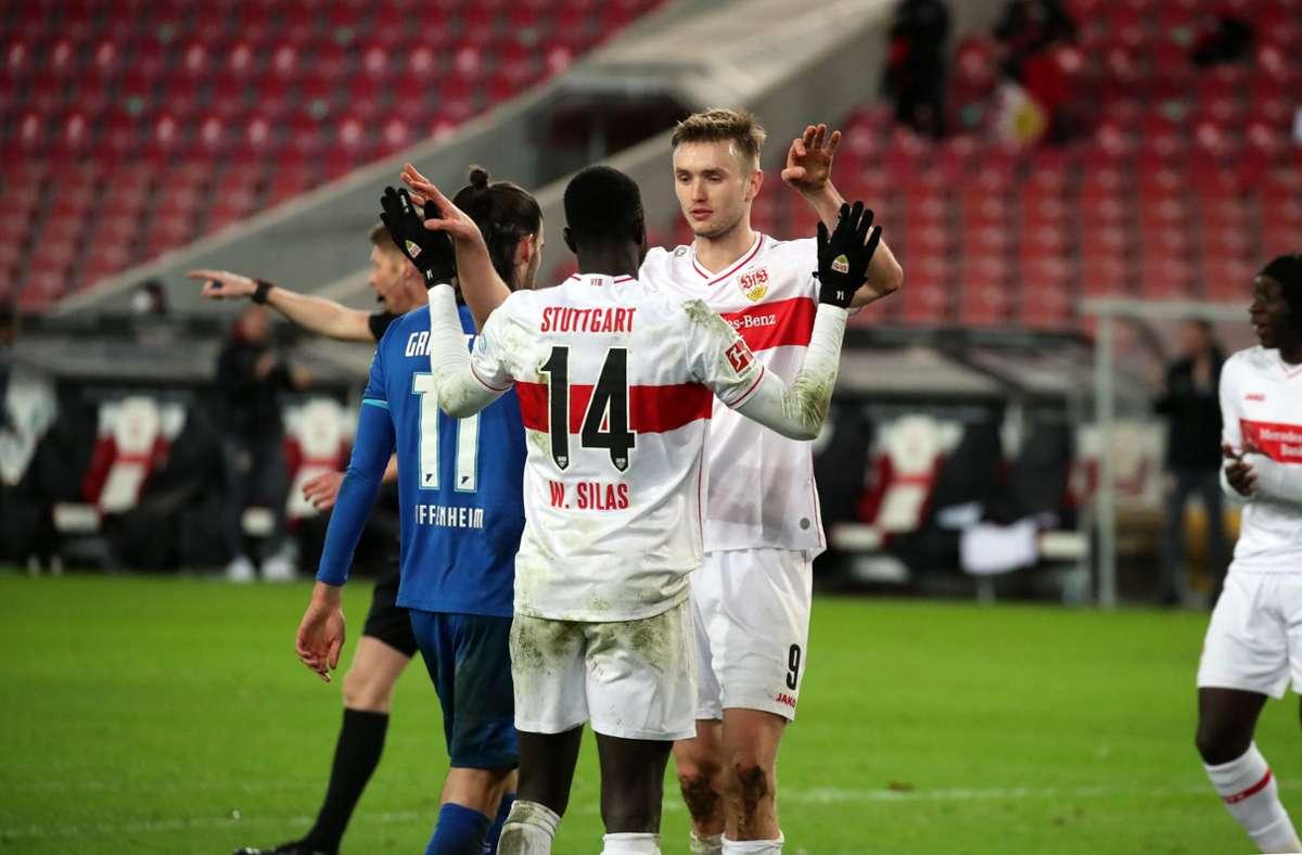 Silas Wamangituka und Sasa Kalajdzic feiern zusammen – und die Fans feiern die beiden VfB-Spieler. Foto: Pressefoto Rudel/Robin Rudel