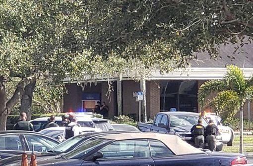 21-Jähriger erschießt mindestens fünf Menschen in Bank