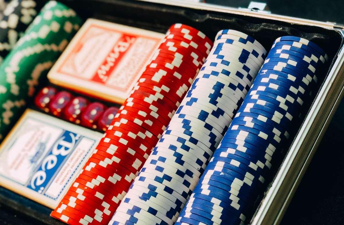Ein junger Mann verspielt 500 Euro im Casino – und wird hinterher ausfällig. Foto: Unsplash/Chris Liverani