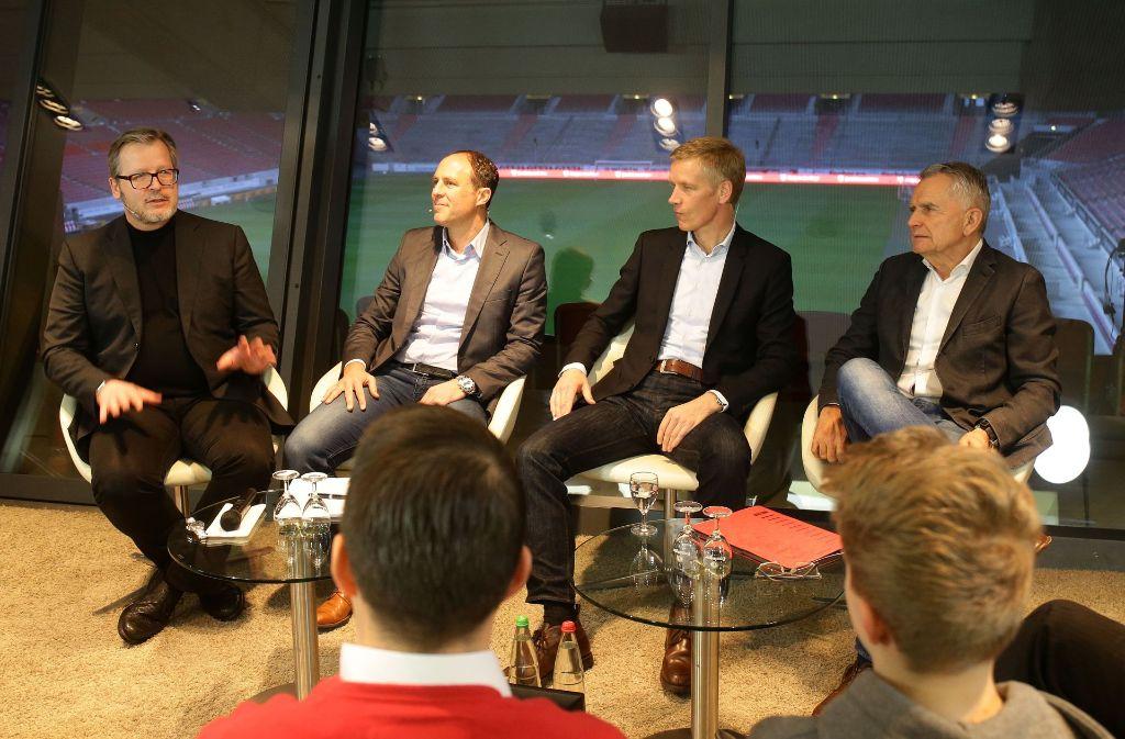 """Marc Kienle (2. v.l., Manager Sportkoordination) Jan Schindelmeiser (3. v.l., Vorstand Sport) und Wolfgang Dietrich ( 4. v.l. Präsident) bei """"VfB im Dialog"""" Foto: Pressefoto Baumann"""