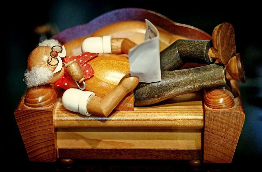 Ein entspanntes Räuchermännchen ist einer der Weihnachtsvorboten im Museum Welzheim. Foto: Gottfried Stoppel