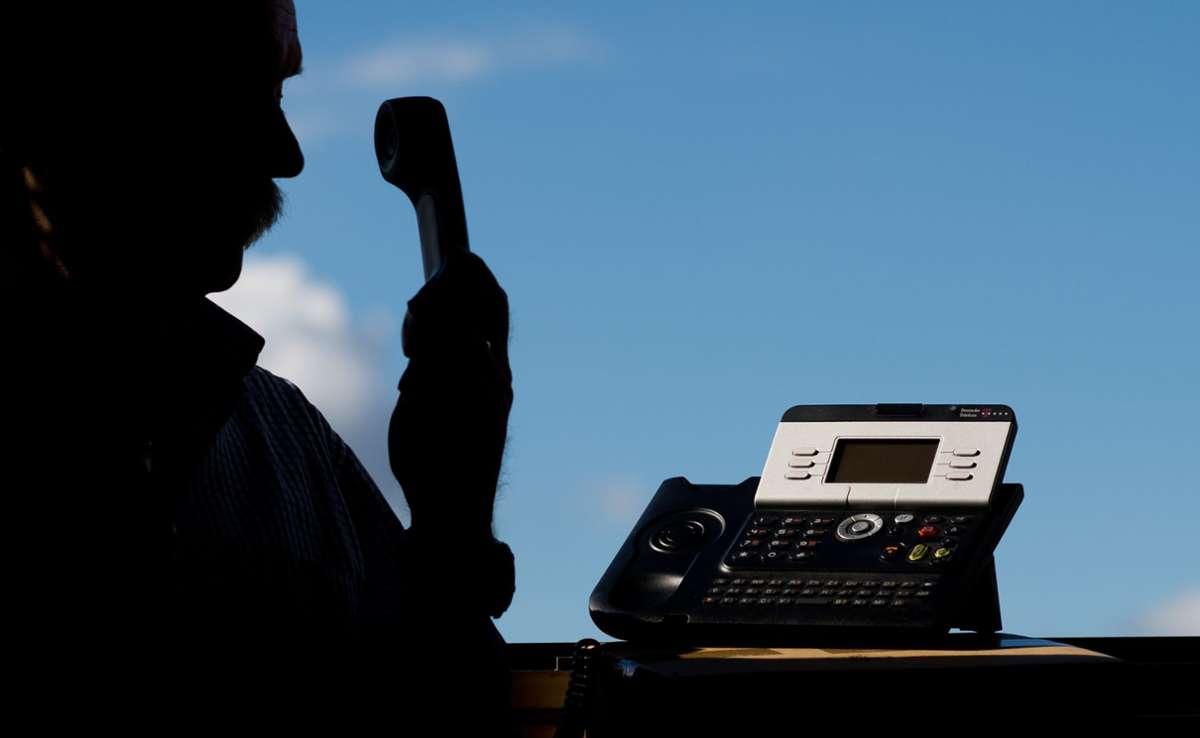 Die Frau wurde per Telefon kontaktiert und unter Druck gesetzt, sodass sie einem Unbekannten mehrere tausend Euro Bargeld übergab. Foto: dpa/Julian Stratenschulte