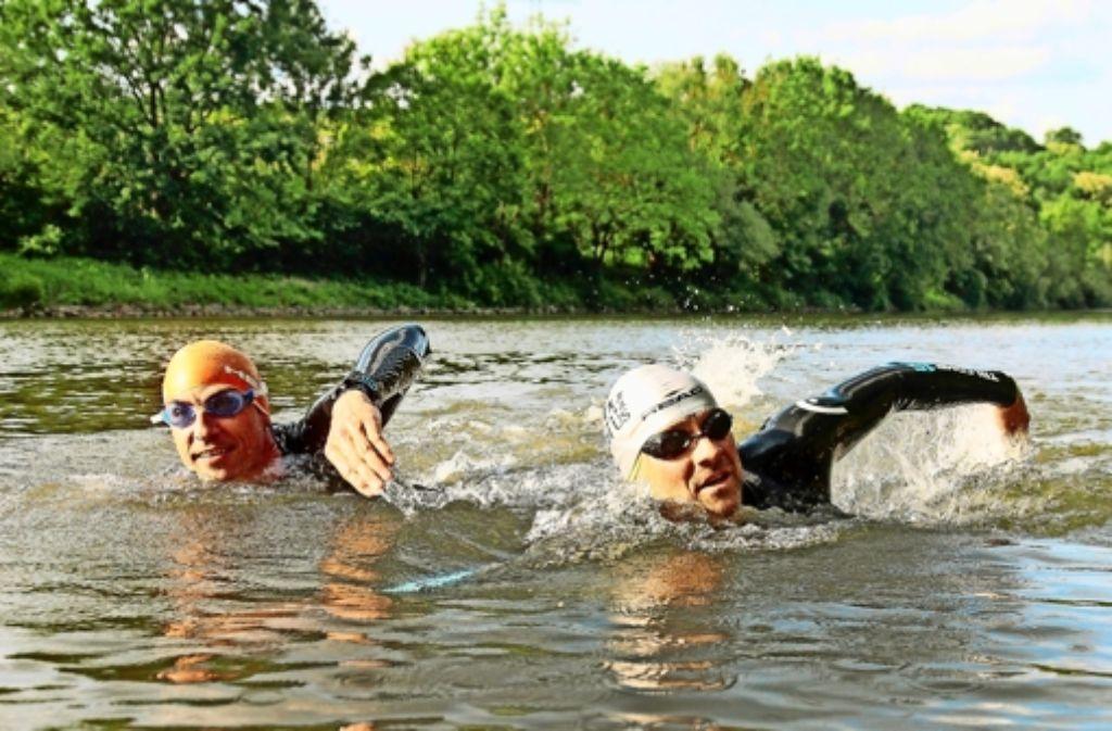 StZ-Redakteur Martin Tschepe (rechts)  hat den Neckar mit seinem Kollegen Volker Heyn durchschwommen. Foto: factum/Granville