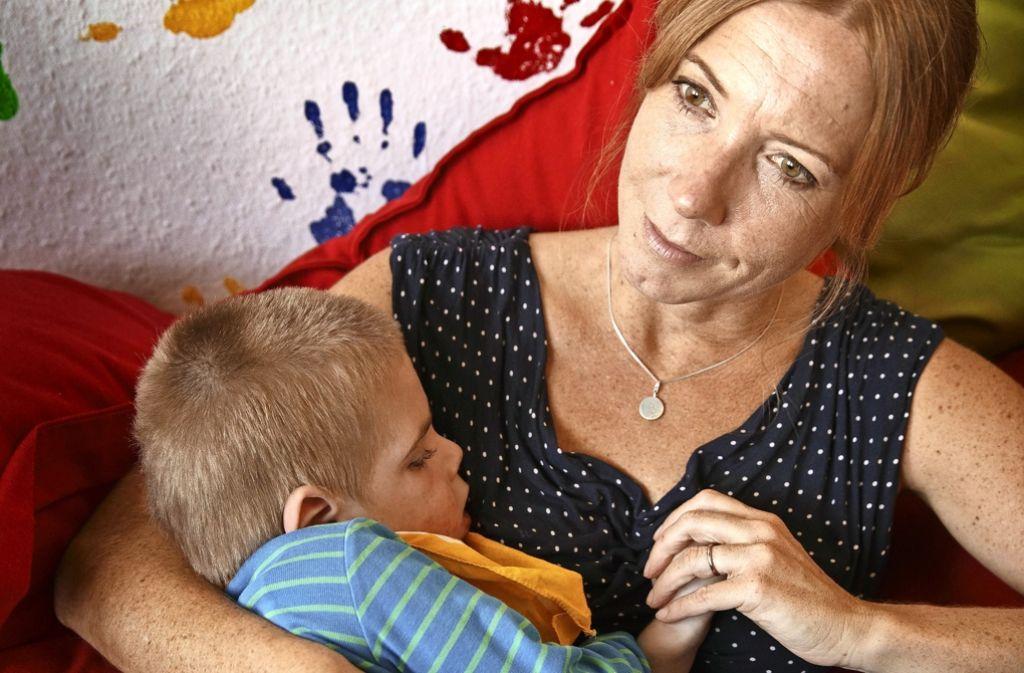 Gabriele Noack mit ihrem  Sohn: Julius bleibt eine Baby, auch wenn er inzwischen 14 Kilogramm wiegt. Foto: Gottfried Stoppel
