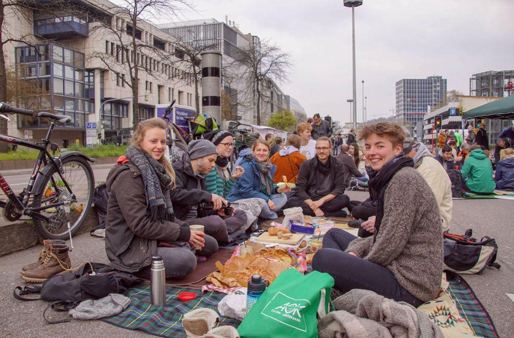 Picknick statt Pkw: Die Hauptstätter Straße war am Sonntag von Demonstranten blockiert. Foto: 7aktuell.de/Andreas Werner