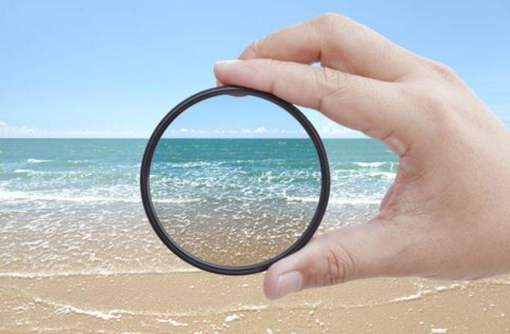 Polfilter schwächen Reflexe wie beispielsweise Sonnenlicht ab und...  Foto: shutterstock_SCOTTCHAN