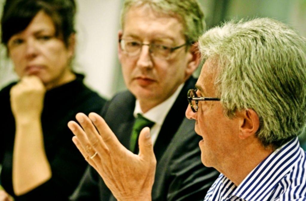 Der Leserbeirat Wolfgang Schimpeler (rechts) sagt Joachim Dorfs, dem StZ-Chefredakteur,  und    der Redakteurin Carola Stadtmüller, wie wichtig für ihn der Urnengang  ist. Foto: Lichtgut/Leif Piechowski