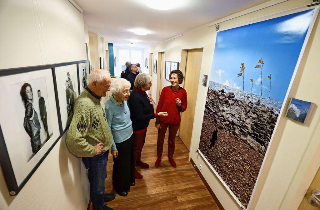 Die Besucher der Ausstellungseröffnung nutzen die Gelegenheit zum Gespräch mit Karin Mueller (rechts). Foto: factum/Granville