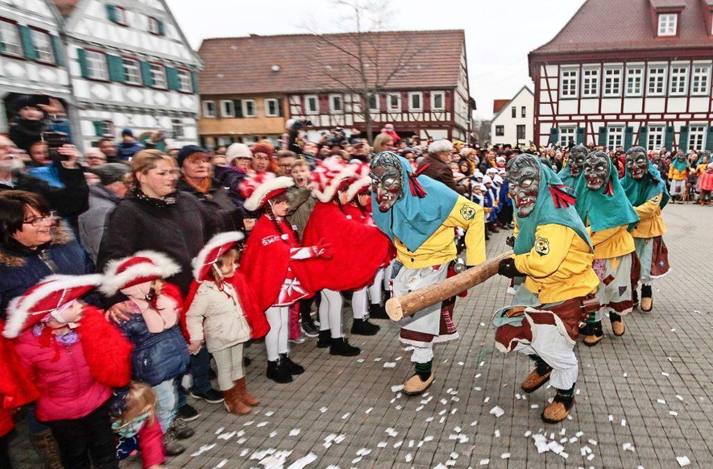 Mit Rammbock auf das Rathaus: Die Glemshexen schreiten in Ditzingen voran. Foto: factum/Bach