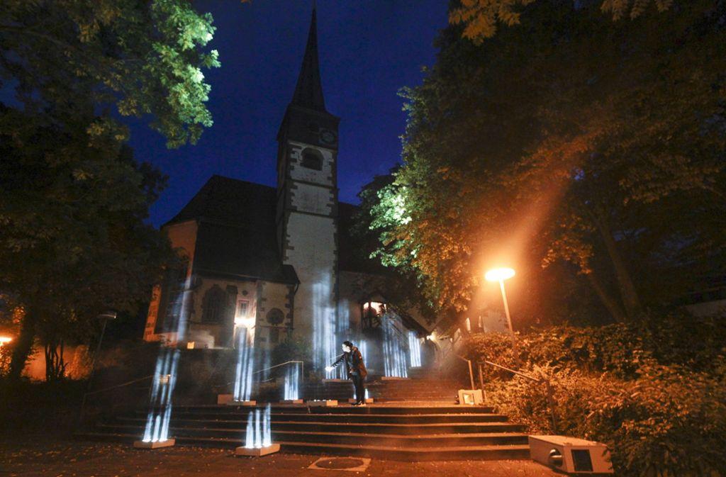 Die Konstanzer Kirche in Ditzingen mit Licht in Szene gesetzt: In Zukunft könnte der Kirchenbezirk zusammen mit dem aus Vaihingen/Enz agieren. Foto: factum/Granville