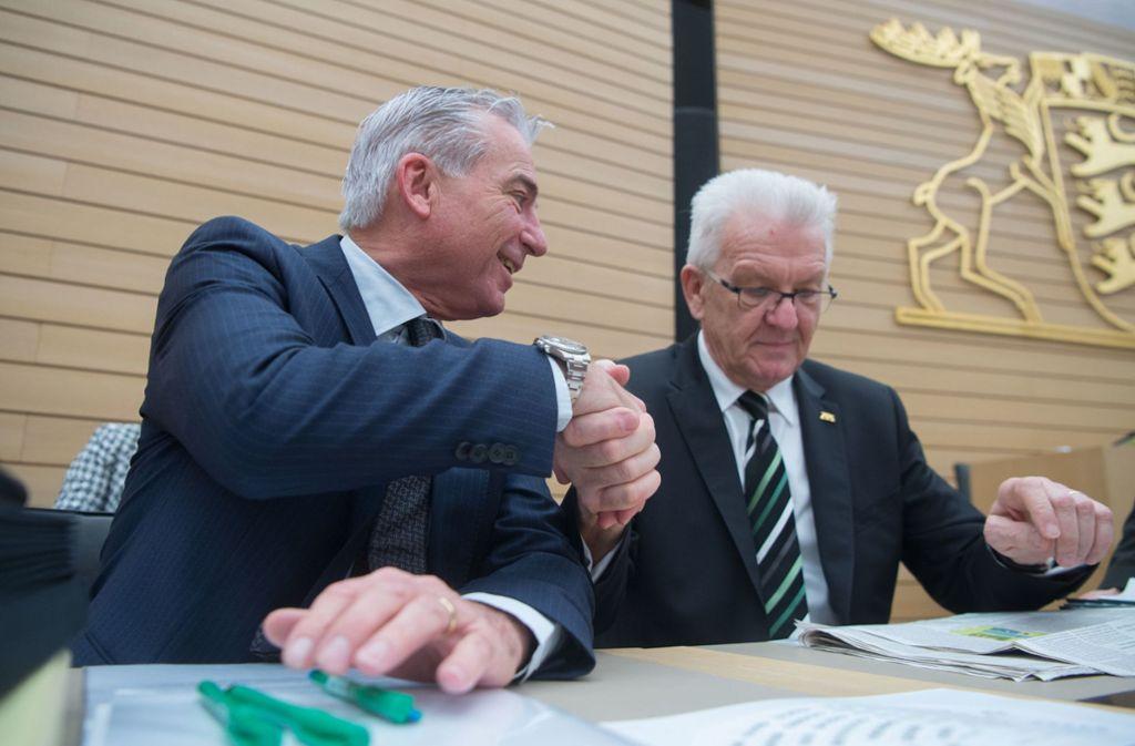 Begrüßung auf der Regierungsbank: Ministerpräsident Kretschmann (Grüne, r.) und Innenminister Strobl (CDU) Foto: dpa