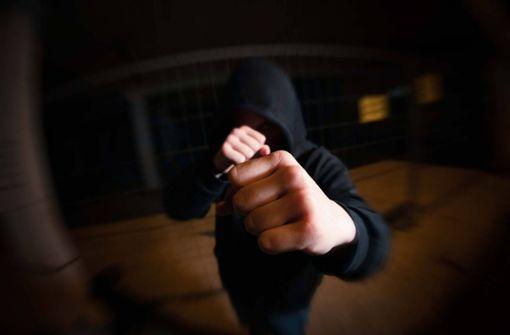 Männer fesseln Frau in ihrem Haus und schlagen auf sie ein