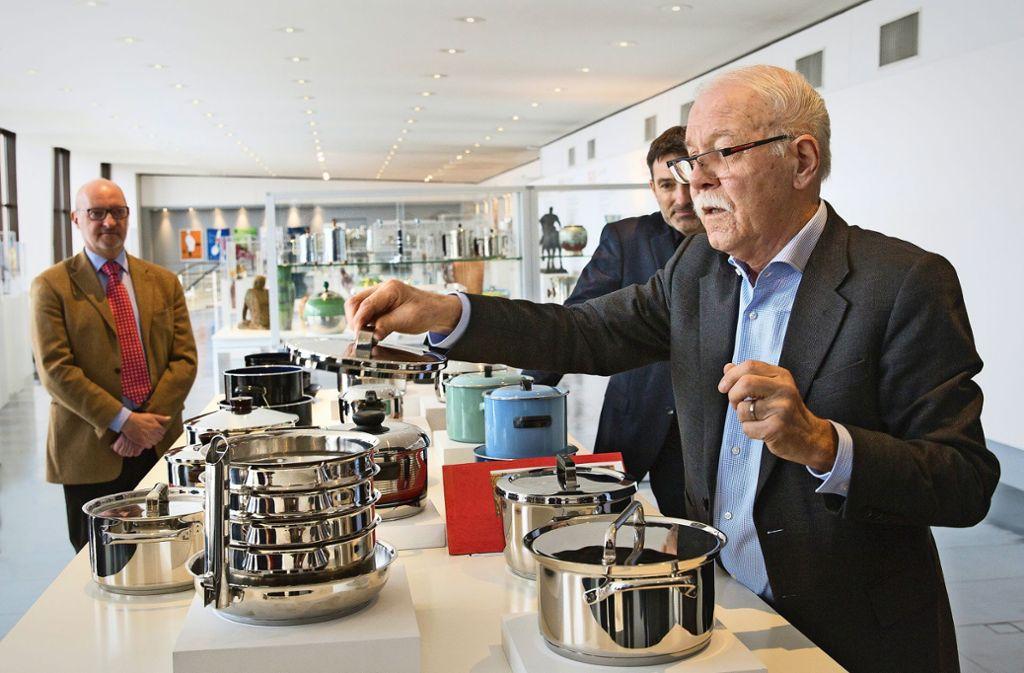 Heinz Scheiffele (vorne rechts), der Leiter des Warenarchivs, demonstriert die historischen Töpfe. Foto: Ines Rudel