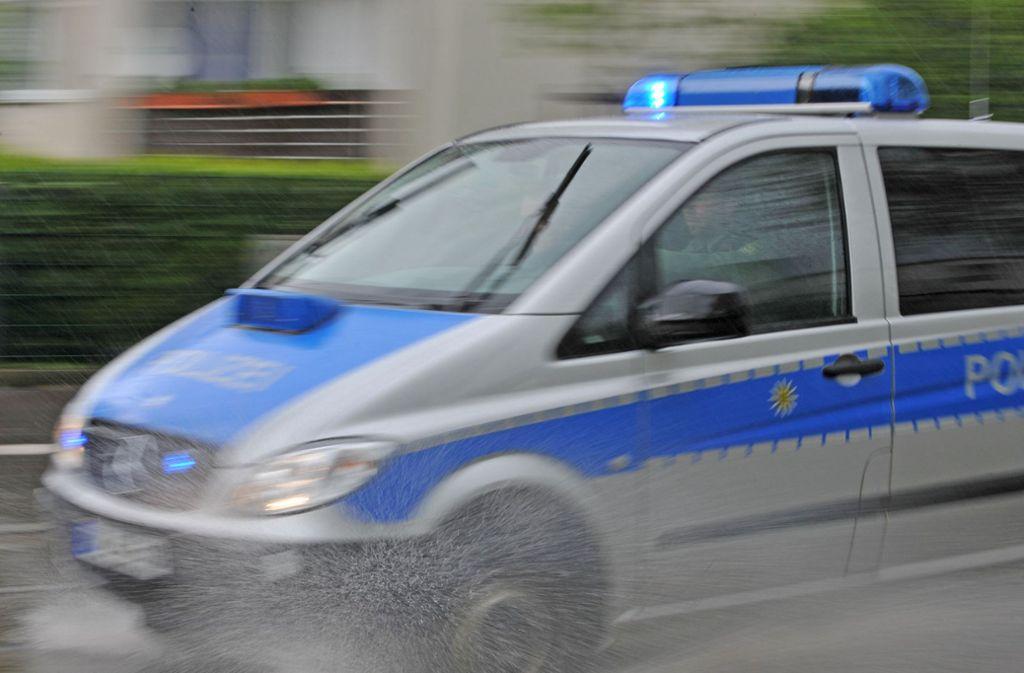 Mehrere Polizeiautos waren nötig, um einen betrunken Autofahrer zum Anhalten zu zwingen. Foto: dpa