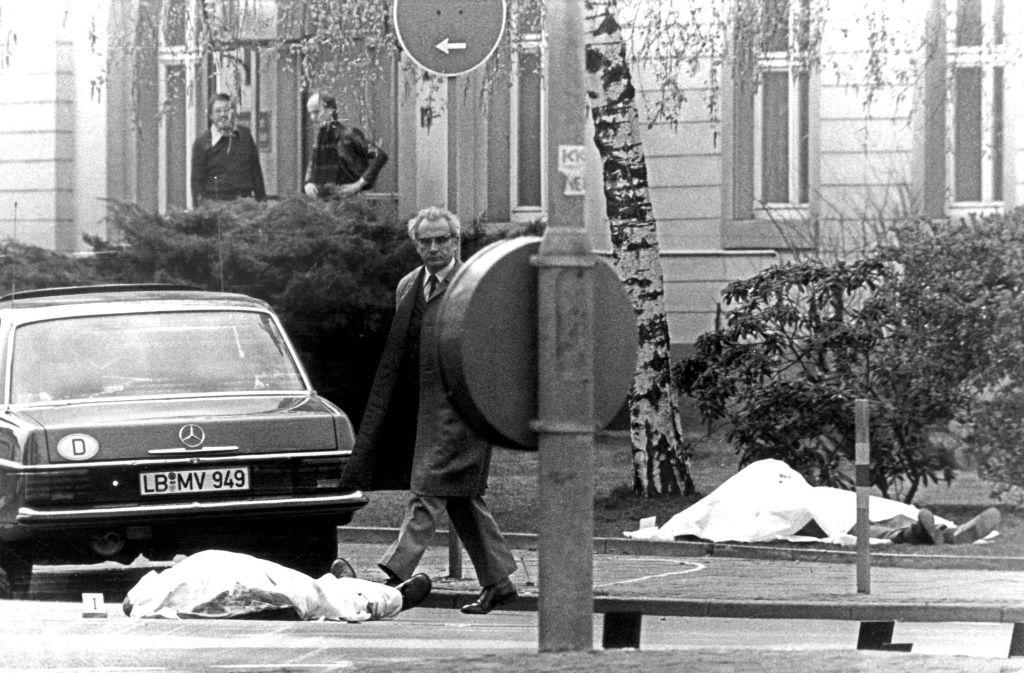 Die zugedeckten Leichen von Siegfried Buback (re.) und seinem Fahrer am Tatort. Foto: dpa
