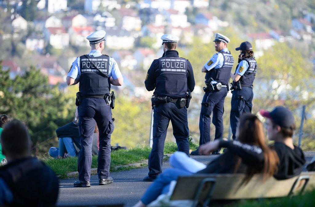 Die Polizei muss in der Corona-Krise immer wieder Menschengruppen auflösen. (Syymbolbild) Foto: dpa/Sebastian Gollnow