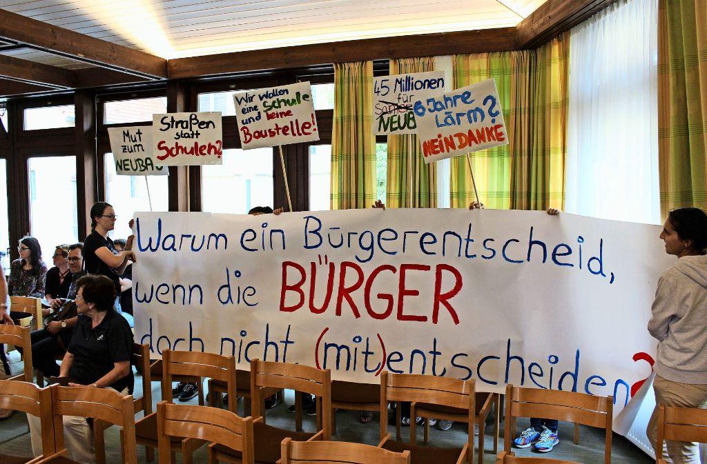 Die Wut von Schülern und Bürgern über die Vorstellungen der Stadt war deutlich zu spüren. Foto: Caroline Holowiecki