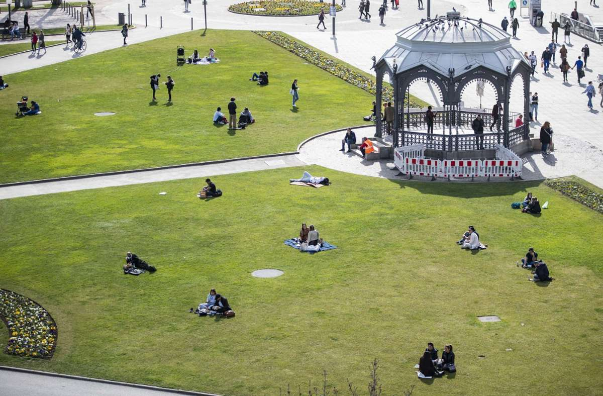 Viele Menschen genießen die Zeit im Freien – auch in Stuttgart. Foto: dpa/Tom Weller