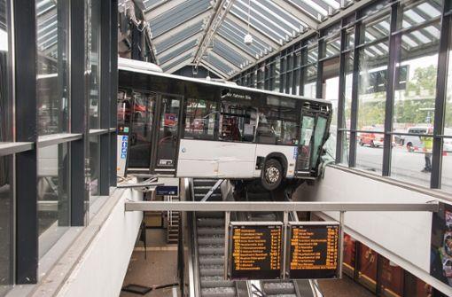 Bus kracht in Bahnhof – und kommt über Rolltreppe zum Stehen