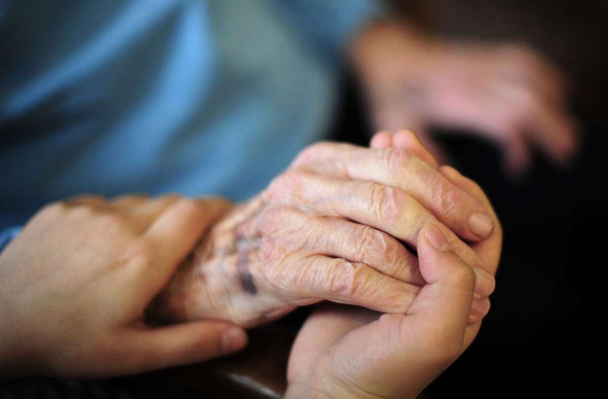 Das Bundesarbeitsgericht hat geurteilt, dass der Mindestlohn in der Pflege auch ausländischen Kräften zusteht. Foto: dpa/Daniel Reinhardt
