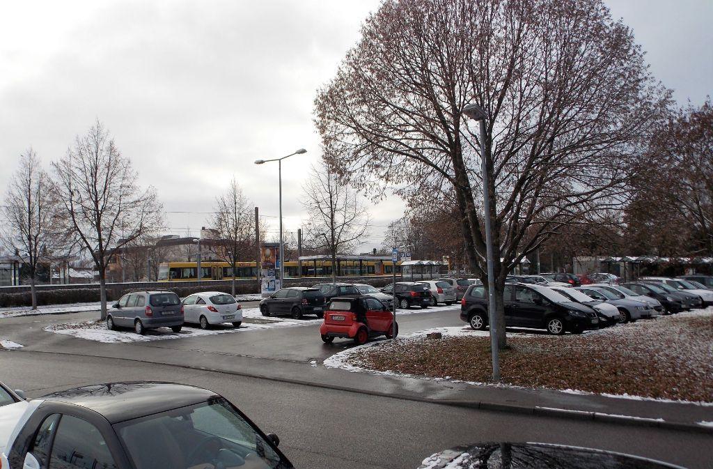 """An der Haltestelle """"Heumaden"""" parken viele Auswärtige aus dem Landkreis Esslingen. Das ärgert manchen Anwohner. Foto: Caroline Holowiecki"""