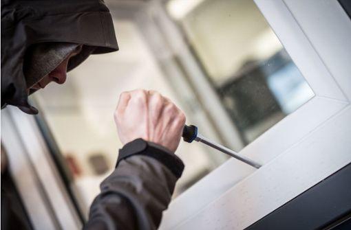 75-Jähriger stellt schwerverletzten Einbrecher