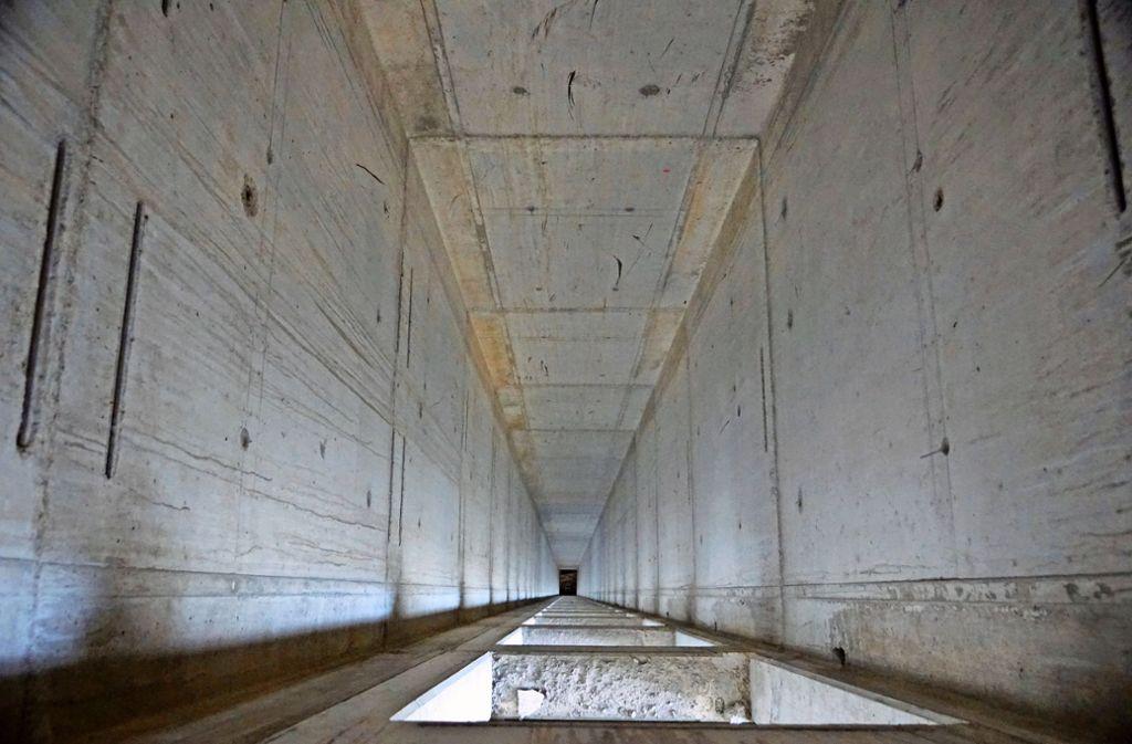 In  die noch leeren Schächte im Fellbacher  Tower werden bald passende und der Norm entsprechende  Aufzüge eingebaut. Foto: Roland Böckeler