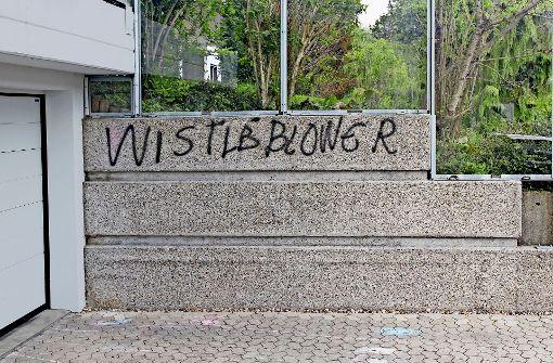 Auch wenn es mit der englischen Rechtschreibung erkennbar hapert, die von unbekannter Hand gesprayte Botschaft an der Garagenzufahrt von Frank Darter ist eindeutig. Foto: Pflüger