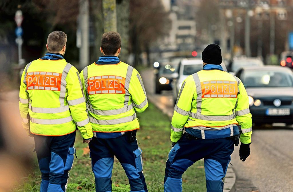 Die Polizei kontrolliert am Mittwoch an der Heilbronner Straße. Am zweiten Tag des Fahrverbots erwischt sie nur zwei Autofahrer, die nicht unterwegs sein  sollten. Foto: Lg/Kovalenko