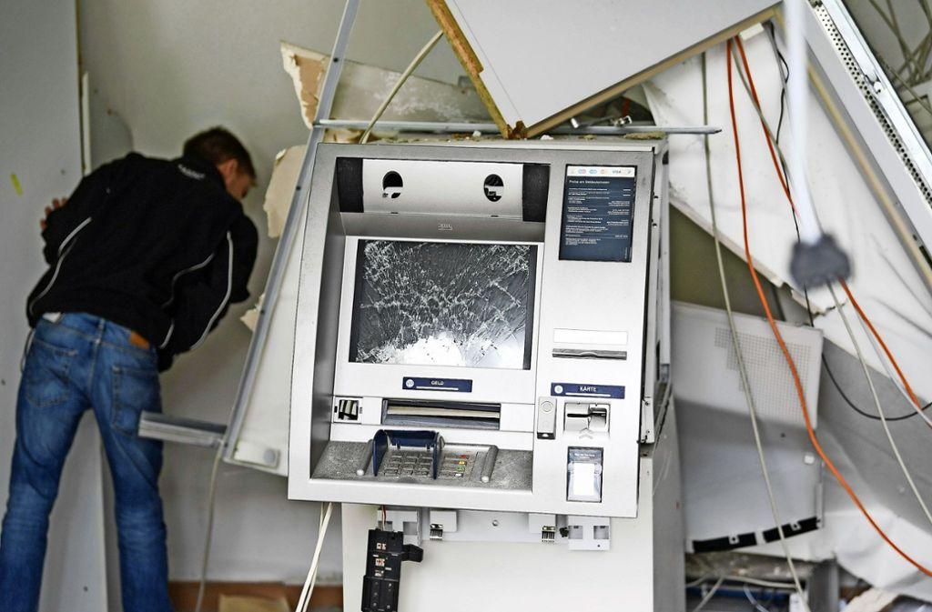 Unbekannte Täter haben diesen Geldautomaten in der SB-Filiale der Deutschen Bank im hessischen Rodgau gesprengt und das Gebäude dabei schwer beschädigt. Foto: dpa