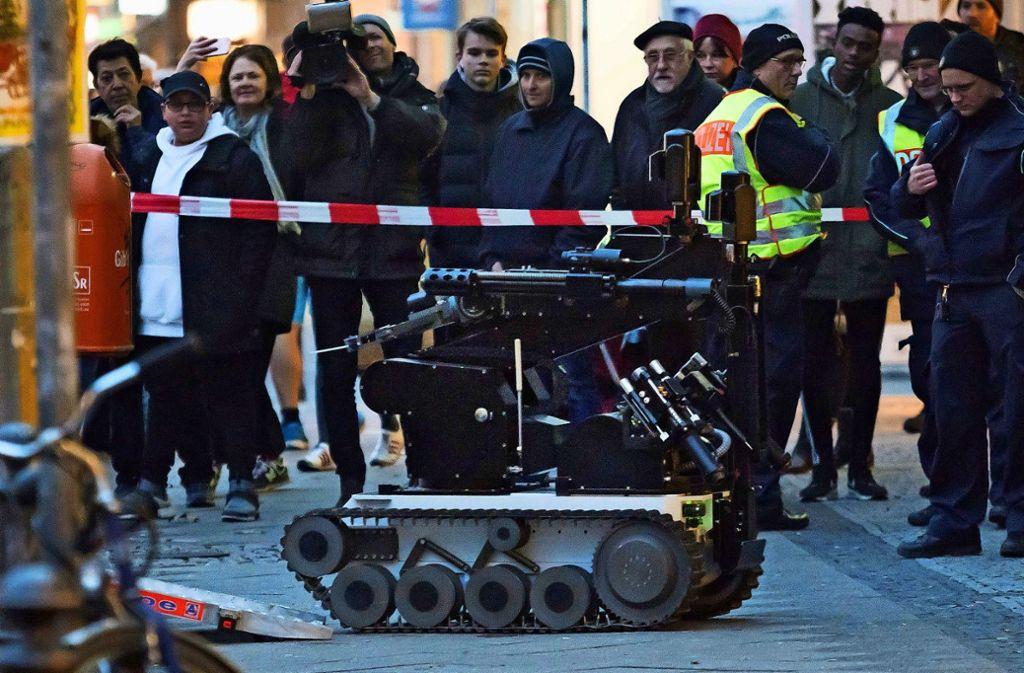 Mit einem Roboter untersucht die Berliner Polizei im Dezember 2018 einen verdächtigen Gegenstand. Foto: dpa