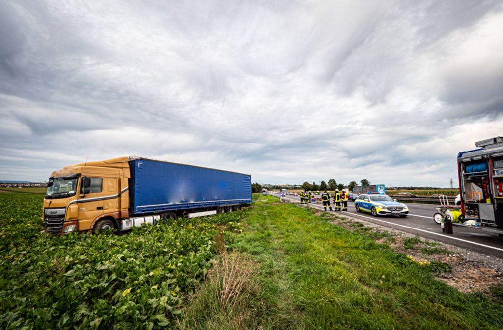 Wegen eines medizinischen Notfalls kam ein Lkw-Fahrer mit seinem Fahrzeug von der Fahrbahn ab. Foto: 7aktuell.de/Alexander Hald