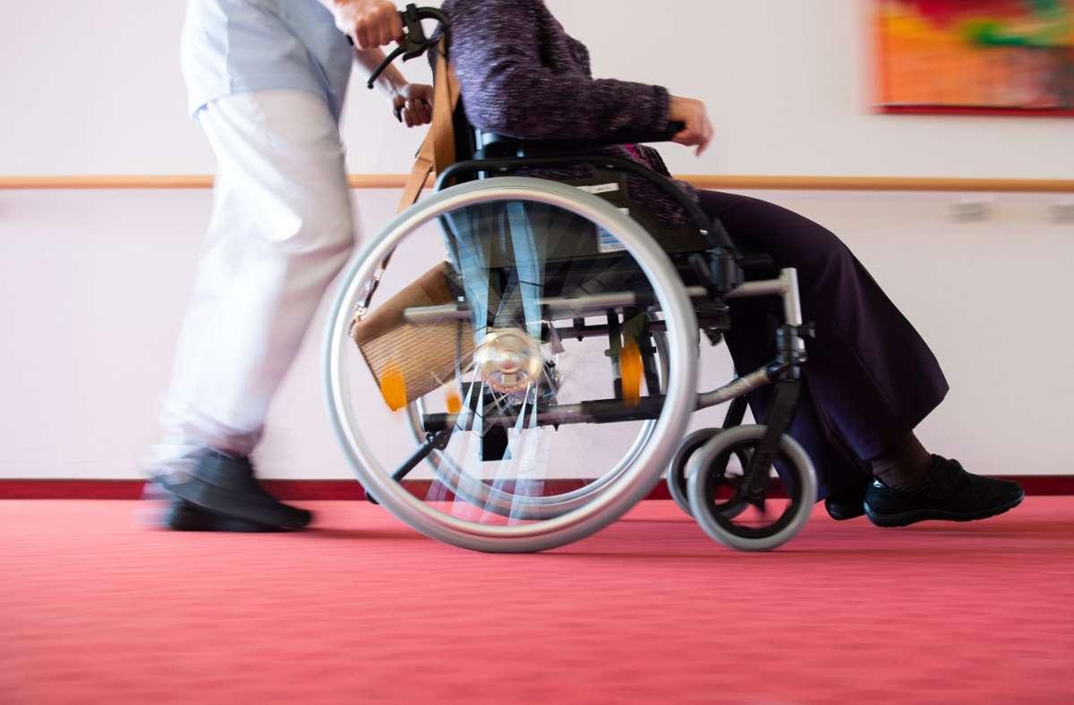 Zur Pflege gehört Zuwendung, doch dafür braucht das Personal Zeit. Foto: dpa/Tom Weller