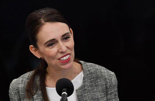 Premierministerin zahlt Rechnung für andere Mutter