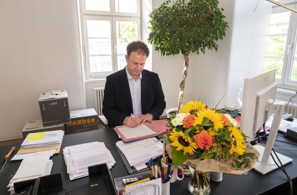 Die Umzugskisten sind noch nicht alle ausgepackt, da baut der neue OB Matthias Knecht schon um. Foto: factum//Andreas Weise