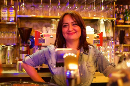 Seit zehn Jahren happy am Hans-im-Glück-Brunnnen: Yasemin Oksaz. Foto: Tanja Simoncev