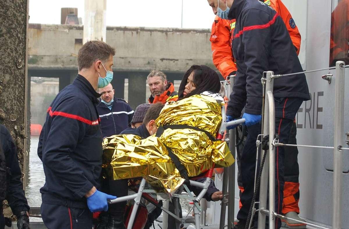 Die Verzweiflung der Migranten ist groß. Eine junge, schwangere Frau aus Vietnam wird von französischen Sanitätern in Calais an Land gebracht, nachdem ihr Schlauchboot auf dem Kanal in Seenot geriet. Foto: AFP/BERNARD BARRON