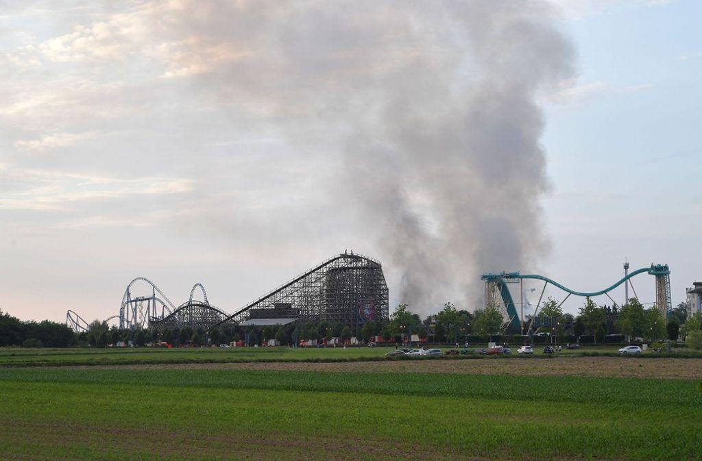 Die Rauchsäule war am Samstag weithin sichtbar. Foto: dpa