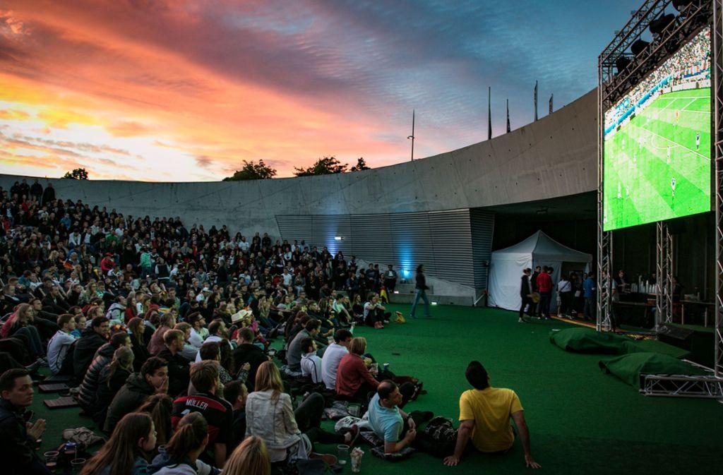 So war es bei der EM 2016: Fußball schauen am Mercedes-Museum. Foto: 7aktuell.de/Friedrichs