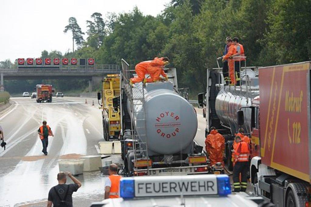 Ein mit Klebstoff beladener Tanklaster steht auf der A8 zwischen Leonberger Dreieck und Stuttgarter Kreuz. Nach einem Reifenplatzer hat der Lastzug einen Tel seiner Ladung verloren, der sich über die Autobahn ergoss. Foto: www.7aktuell.de/Eyb